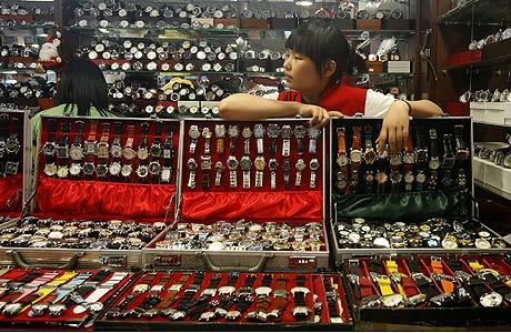 Relojes falsos en una tienda de Pekín. (Foto: REUTERS)