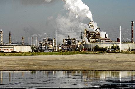 Refinería de petróleo arenoso en las afueras de Fort McMurray, en Alberta (Canadá). (Foto: AFP)