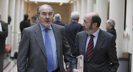 Solbes y Rubalcaba, en los pasillos del Senado. (Foto: Carlos Barajas)