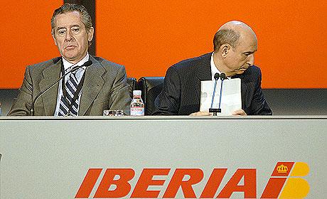 Miguel Blesa, presidente de Caja Madrid, y Conte, presidente de Iberia, en la junta de accionistas. (Foto: Bernardo Díaz)