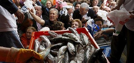Una multitud se agolpó para conseguir pescados gratis. Vea el vídeo. (Foto: EFE)