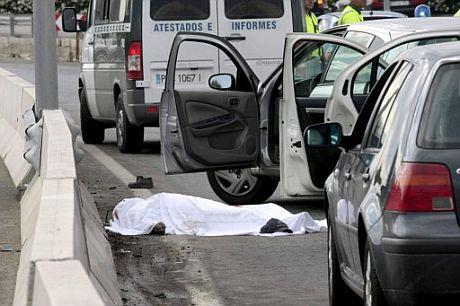 El cadáver del miembro del piquete. (Foto: EFE)
