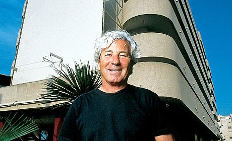 El dueño de Pachá, frente a uno de sus hoteles. (Foto: EL MUNDO)