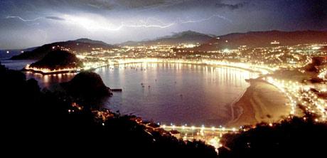 Iluminación nocturna en la bahía de La Concha. (Foto: Pablo Viñas)