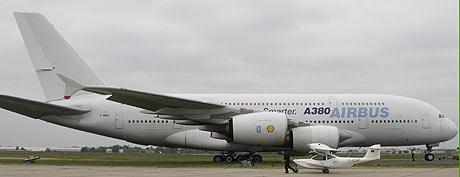 'Superjumbo' A380 de Airbus. Las aerolíneas temen la pérdida de competitividad por la media. (Foto: REUTERS)