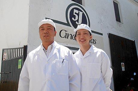 Dos inspectores chinos en las instalaciones de Sánchez Romero Carvajal. (Foto: A. S.)