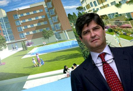 Fernando Martín posa ante un cartel de su promotora, Martinsa. (Foto: Pedro Carrero)