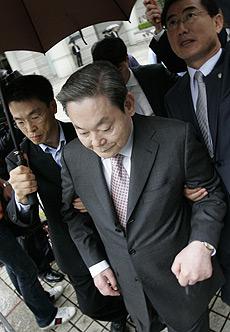 El presidente de Samsung, Lee Kun-hee sale de los juzgados en Seúl. (FOTO: REUTERS)