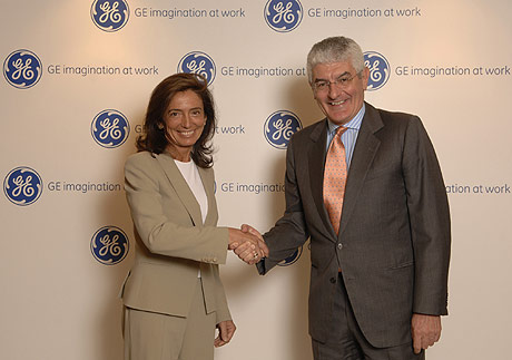 Nani Beccalli, presidente de GE International, da la bienvenida a Aguilera.