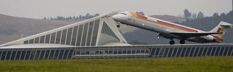 Un avión de Iberia despega desde el aeropuerto de Loiu, Vizcaya. (Foto: Miguel Calvo)