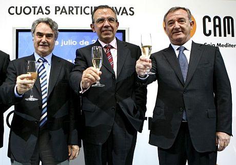 De izq. a der., el vicepresidente de CAM, Ángel Martínez, el director general, Roberto López, y el presidente de la Comisión de Control, Juan Ramón Avilés. (Foto: EFE)
