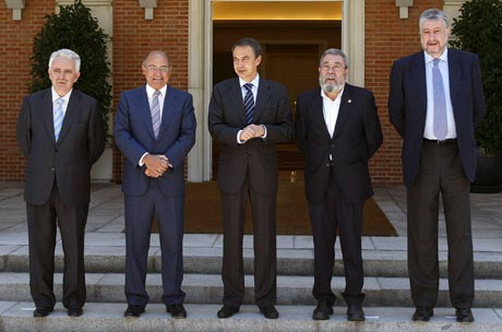 De izquierda a derecha, Jesús Bárcenas (Cepyme), Gerardo Díaz Ferrán (CEOE), José Luis Rodríguez Zapatero (presidente del Gobierno), Cándido Méndez (UGT) y José María Fidalgo (CCOO), antes de la reunión que han mantenido en el Palacio de La Moncloa para suscribir el acuerdo del diálogo social. (Foto: EFE)