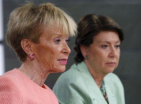 La vicepresidenta primera del Gobierno, María Teresa Fernández de la Vega (i), y la ministra de Fomento, Magdalena Alvarez. (Foto: EFE)