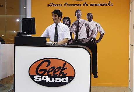 Un agente en la tienda Geek Squad en el centro comercial Tres Aguas en Alcorcón.