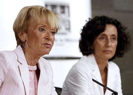 Fernández de la Vega (izda), junto a la ministra de Educación, Mercedes Cabrera. (Foto: EFE)