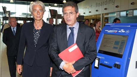 La ministra de economía francesa, Christine Lagarde, junto al presidente de Air France-KLM, Jean-Cyril Spinetta. (Foto: AFP)