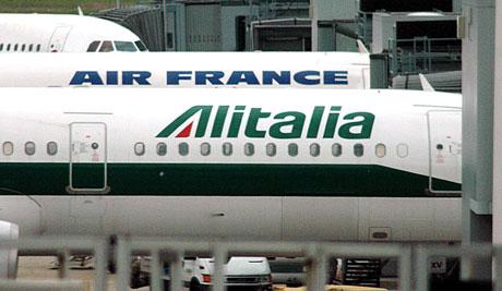 Un avión de Alitalia en el aeropuerto de Fiumicino, Roma. (Foto: EFE)