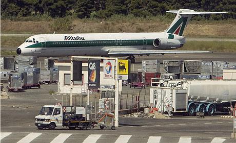 Un avión de Alitalia en el Aeropuerto de Roma. (Foto: Reuters)