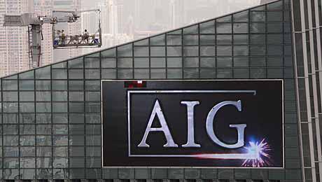 El logo de American International Group (AIG) en un rascacielos de Hong Kong. (Foto: REUTERS)