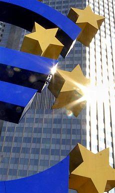 Escultura del euro junto a la sede del BCE en Francfort. (Foto: AP)