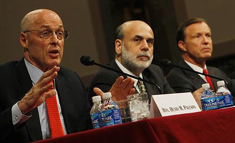 Paulson (izq), Bernanke (centro) y Henry Cox, presidente del regulador bursátil de EEUU. (Foto: AP)