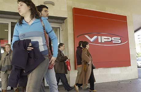 Un grupo de personas, delante de un Vips. (Foto: Ricardo Cases)