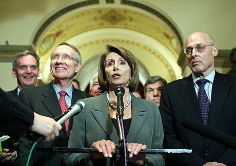 Pelosi, Reid y Paulson anuncian el principio de acuerdo alcanzado. (Foto: AP)
