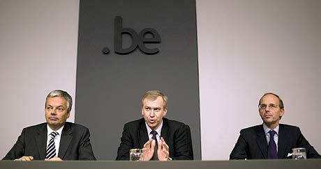 De izqda. a dcha., el viceprimer ministro belga, Didier Reynders, el primer ministro, Yves Leterme, y el ministro de Presupuestos de Luxemburgo, Luc Frieden, esta mañana en Bruselas. (Foto: EFE)