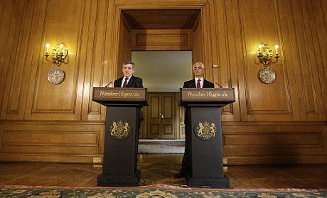 El primer ministro británico, Gordon Brown, (izquierda) y el ministro de Finanzas, Alistair Darling. (Foto: AFP)