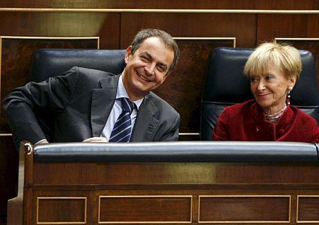 El presidente del Gobierno, José Luis Rodríguez Zapatero, junto a la vicepresidenta primera, María Teresa Fernández de la Vega, en el Pleno del Congreso. (Foto: EFE)