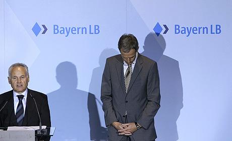 El presidente del banco, Michael Kemmer (drcha), junto Erwin Huber. (Foto: REUTERS)
