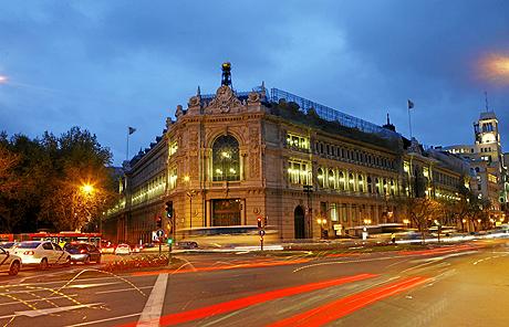 Fachada del edificio del Banco de España de noche. (Foto: Antonio M. Xoubanova)