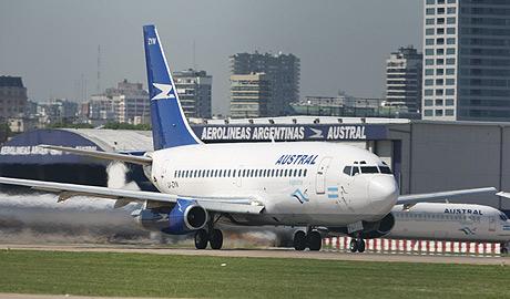 Un avión de Austral, que junto a Aerolíneas Argentinas, pertenece a Marsans. (Foto: EFE)