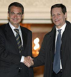 El presidente del Gobierno, José Luis Rodríguez Zapatero, y el viceprimer ministro ruso, Viktor Zhúkov, se dan la mano en La Moncloa. (Foto: EFE)