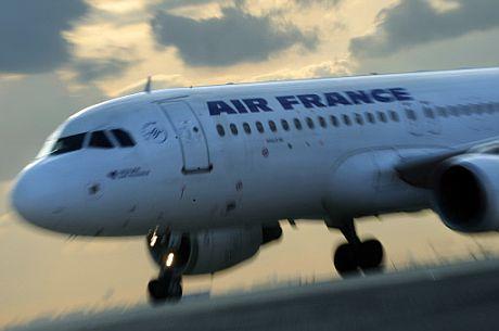 Un avión de Air France aterriza en el aeropuerto de Charles-de-Gaulle en París. (Foto: AFP)