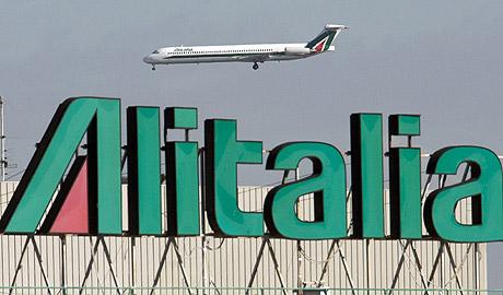 Un avión de Alitalia aterrizando en Roma. (Foto: REUTERS)