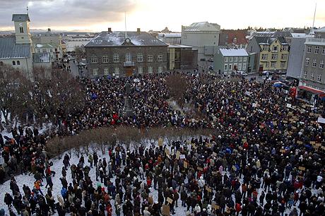 Vista de la concentración en Austurvollur Square, en el exterior del Parlamento en Reijkiavik, Islandia, para protestar contra la crisis económica, el pasado 15 de noviembre. (Foto: EFE)