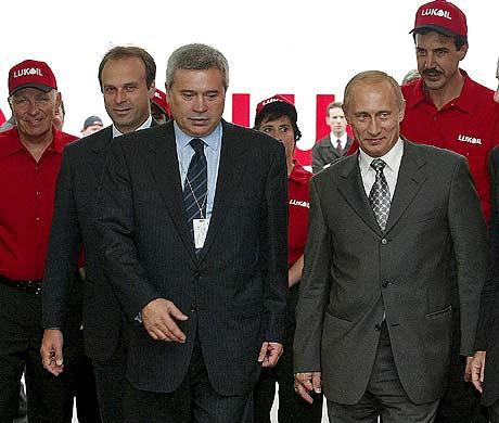 El oligarca Vagit Alekperov (izda.) junto al hoy primer ministro ruso, Vladimir Putin, en Nueva York. (Foto: REUTERS)