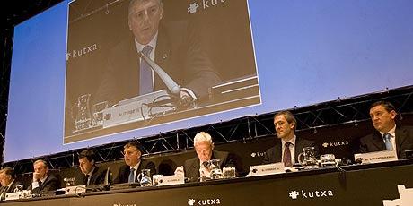 El presidente de Kutxa, Xabier Iturbe, con sus consejeros en la asamblea. (Foto: Justy)