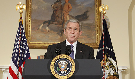 Bush explica la ayuda al sector del motor en la Casa Blanca. (Foto: AP)