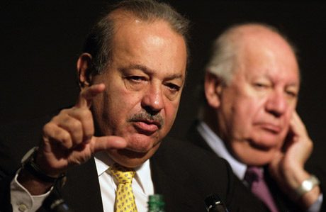 Carlos Slim (izquierda), en una conferencia junto al presidente chileno, Ricardo Lagos. (Foto: REUTERS)