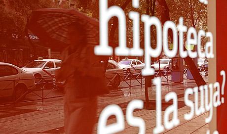 Anuncio de una entidad bancaria en Madrid. (Foto: Antonio Heredia)