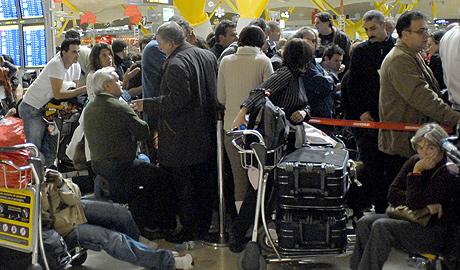 Pasajeros hacen cola a las 5.00 horas en Barajas. (Foto: Bernardo Díaz) Más fotos