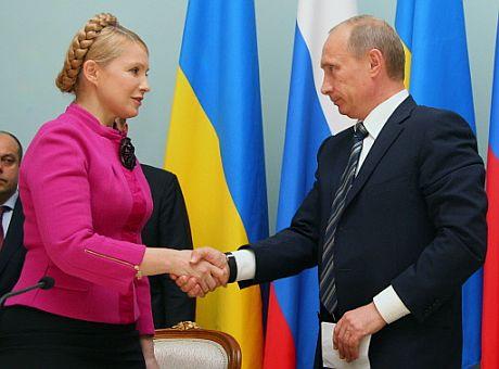 La primera ministra de Ucrania, Yulia Timoshenko y el primer ministro ruso, Vladimir Putin, se saludan. (Foto: AFP)