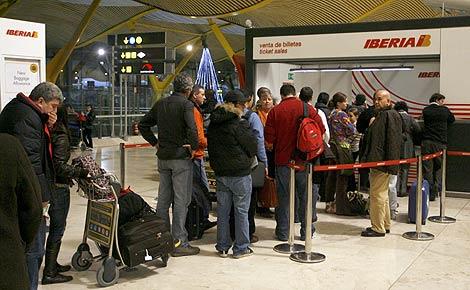 Una cola para reclamar en un mostrador de Iberia en Barajas. (Foto: EFE)