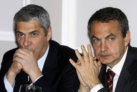 Zapatero, en un momento del encuentro, junto a Sócrates. (Foto: EFE)
