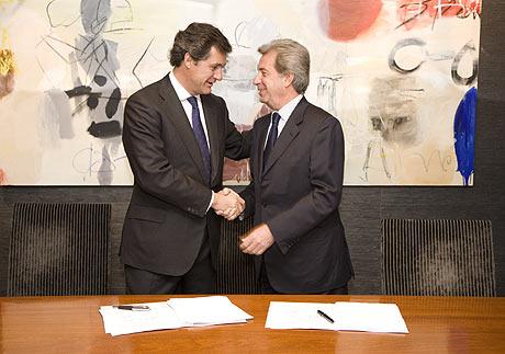 El presidente de Acciona, José Manuel Entrecanales, y el consejero delegado de Enel, Fulvio Conti, tras firmar el acuerdo de compra de Endesa en marzo de 2007, en Madrid. (FOTO: El Mundo)