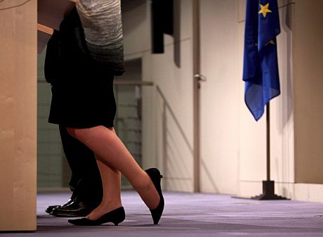 El comisario europeo de Empleo, Vladimír Spidla, y su encargada de Prensa presentan la campaña del Día Internacional de la Mujer. | Efe