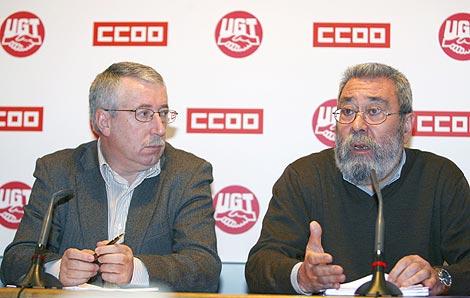 Ignacio Fernández Toxo (i) y Cándido Méndez (d) explican sus criterios sobre la Negociación Colectiva y el Empleo.   Efe