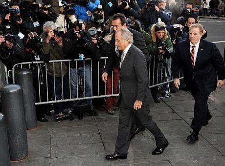 Madoff (centro), a su llegada a la corte federal de EEUU. | Afp